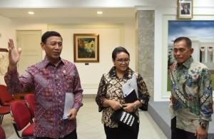Menko Polhukam Wiranto didampingi Menlu dan Menteri Pertahanan menyampaikan klarifikasi terkait pemutusan kerjasama militer RI - Australia, di Kantor Presiden, Jakarta, Kamis (5/1) siang. (Foto: JAY/Humas)