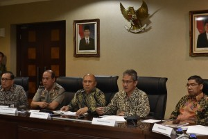 Director General of Budget of the Finance Ministry Askolani, accompanied by Presidential Chief of Staff Teten Masduki, delivers a press statement at the Office of Presidential Staff, Jakarta, Friday (6/1) afternoon.