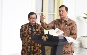 Coordinating Minister for Maritime Affairs Luhut B. Pandjaitan, accompanied by Cabinet Secretary, delivers a statement before the reporters after a Plenary Cabinet Meeting at Bogor Presidential Palace, West Java, Wednesday (4/1) afternoon. (Photo: JAY/Public Relations Office)
