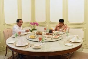 Presiden Jokowi melakukan makan siang bersama Ketua Umum PBNU K.H. Said Aqil Siraj, di Istana Merdeka, Jakarta, Rabu (11/1) siang. (Foto: JAY/Humas)