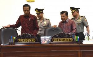 Presiden Jokowi dan Wakil Presiden Jusuf Kalla sesaat sebelum memimpin rapat terbatas, di Kantor Presiden, Jakarta, Selasa (10/1) sore. (Foto: JAY/Humas)