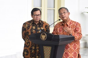 Coordinating Minister for the Economy Darmin Nasution accompanied by Cabinet Secretary Pramono Anung delivers a press statement after a Plenary Cabinet Meeting on Wednesday (4/1), at the Bogor Presidential Palace, West Java