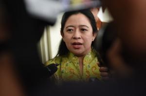 Menko PMK Puan Maharani menjawab wartawan usai rapat terbatas, di Kantor Presiden, Jakarta, Jumat (13/1) sore. (Foto: Rahmat/Humas)