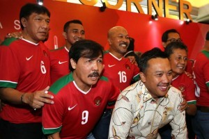 Minister of Youth and Sports Imam Nahrawi with several former captains of the Indonesian National Team on the sidelines of PSSI Congress in Bandung, West Java, Sunday (8/1) (Photo: Ministry of Youth and Sports' PR)