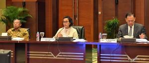 Menkeu Sri Mulyani didampingi Menko Perekonomian dan Gubernur BI mengumumkan pembukaan seleksi calon DK OJK periode 2017-2022, di Kemenkeu, Jakarta, Senin (16/1).