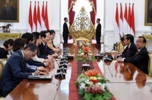Presiden Jokowi menerima kunjungan kehormatan 9 anggota Parlemen Republik Korea di Istana Merdeka, Kamis (12/1) pagi. (Foto: Humas/Rahmat)