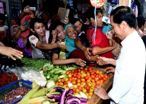 Presiden Jokowi memantau harga cabe, di Pasar Kajen, Kota Pekalongan, Jateng, Senin (9/1) pagi. (Foto: BPMI Setpres)