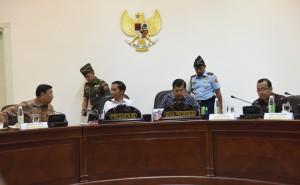 Presiden Jokowi berbincang dengan Menko Polhukam sebelum memulai rapat terbatas, di Kantor Presiden, Jakarta, Rabu (11/1) siang. (foto: JAY/Humas)