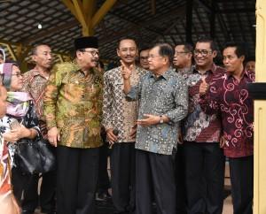 Wapres Jusuf Kalla berdialog dengan Gubernur Jatim dan pejabat setempat saat meninjau penggunaan Dana Desa, di Kab. Tulungagung, Jatim, Senin (16/1) siang. (Foto: Anggun/Humas)