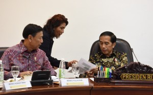 Minister of Maritime Affairs and Fisheries Susi Pudjiastuti shows a document to President Jokowi during a limited cabinet meeting at the Presidential Office, Jakarta, Thursday (5/1). (Photo by: JAY/Public Relations Division)
