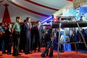 Presiden Jokowi didampingi Menko Polhukam dan Panglima TNI menyaksikan sebuah alat milik TNI, usai membuka Rapim TNI 2017, di CIlangkap, Jakarta, Senin (16/1) pagi. (Foto: OJI/Humas)