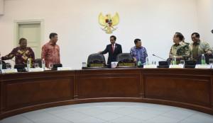 Presiden Jokowi dan Wakil Presiden Jusuf Kalla berbincang dengan sejumlah menteri sebelum rapat terbatas, di Kantor Presiden, Jakarta, Kamis (12/1) siang. (Foto: Deny S/Humas)