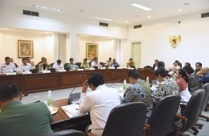 President Jokowi, accompanied by Vice President Jusuf Kalla, leads a Limited Meeting on the Issue of Smuggling on Wednesday (25/1), at the Presidential Office, Jakarta