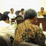 Presiden Jokowi didampingi Wapres Jusuf Kalla memimpin rapat terbatas tentang Lanjutan Pembahasan Reformasi Hukum, di Kantor Presiden, Jakarta. Selasa (17/1) siang. (Foto: Rahmah/ES)