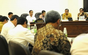 President Jokowi, accompanied by Vice President Jusuf Kalla, leads a Limited Meeting on Follow-up of Legal Reform Discussion at the Presidential Office, Jakarta, on Tuesday (17/1) afternoon. (Photo: PR/Rahmat)