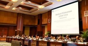 Menkeu Sri Mulyani Indrawati didampingi jajaran pejabat Kemenkeu menyampaikan realisasi APBNP 2016, di aula Juanda Kemenkeu, Jakarta, Selasa (3/1) siang