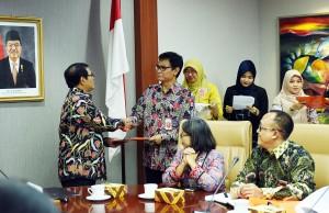 Seskab Pramono Anung menyerahkan DIPA 2017 kepada Staf Khusus Presiden Johan Budi SP, di ruang rapat lantai II Gedung III Kemensetneg, Jakarta, Jumat (13/1) siang. (Foto: AGUNG/Humas)