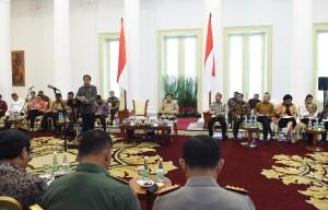 Presiden Jokowi memberikan pengantar pada sidang kabinet paripurna, di Istana Bogor, Jabar, Rabu (4/1) pagi. (Foto: JAY/Humas)