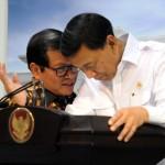 Seskab Pramono Anung membisikkan sesuatu kepada Menko Polhukam Wiranto, usai rapat terbatas di Kantor Presiden, Jakarta, Selasa (17/1) sore. (Foto: Rahmat/Humas)