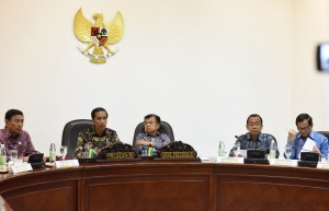 President Jokowi gives directives in a Plenary Meeting of National Energy Council at the Presidential Office, Jakarta, Thursday (5/1) afternoon. (Photo: JAY/Public Relations Office)