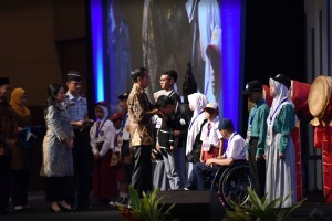 President Jokowi symbolically hands the Smart Indonesia Card (KIP) to 12 orphaned students from Greater Jakarta at the 2017 National Meeting on Culture and Education held at JIExpo, Kemayoran, Jakarta, Thursday (26/1 (Photo by: Public Relations Division/Oji)