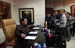 Seskab Pramono Anung menerima berbagai pertanyaan wartawan yang datang ke ruang kerjanya, di lantai II Gedung III Kemensetneg, Jakarta, Senin (9/1) sore. (Foto: JAY/Humas)