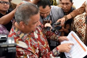 Dirut PLN Sofyan Basyir menunjukkan data kepada wartawan usai rapat terbatas, di Kantor Presiden, Jakarta, Jumat (13/1) sore. (Foto: Rahmat/Humas)