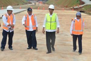Presiden Jokowi didampingi Menteri PUPR meninjau pembangunan jalan tol Semarang - Batang, Senin (9/1) pagi. (Foto: Rahmat/Humas)