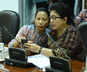 Menteri BUMN Rini Soemarno dan Menkes Nila F. Moeloek sama-sama membaca data di sebuah handphone, sebelum rapat terbatas di Kantor Presiden, Jakarta, Jumat (13/1) siang. (Foto: Rahmat/Humas)