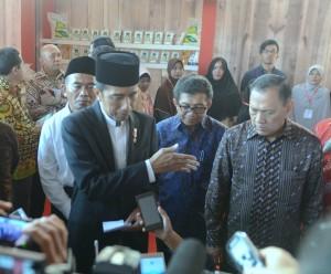 Presiden Jokowi menjawab pertanyaan wartawan usai menghadiri Penyerahan Bansos Program Keluarga Harapan (PKH) dan Kartu Indonesia Pintar (KIP) di Kecamatan Pekalongan Barat, Kota Pekalongan, Jawa Tengah, Minggu (8/1) siang. (Foto: Humas/Deni)