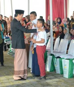 Presiden Jokowi dalam Penyerahan Bansos Program Keluarga Harapan (PKH) dan Kartu Indonesia Pintar (KIP) di Kecamatan Pekalongan Barat, Kota Pekalongan, Jawa Tengah, Minggu (8/1) siang. (Foto: Humas/Deni)