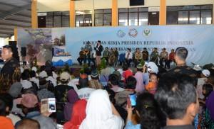 Presiden Joko Widodo meninjau Pemberian Makanan Tambahan (PMT) di Kampung Nelayan Kecamatan Pekalongan Utara, Kota Pekalongan, Minggu (8/1) sore.