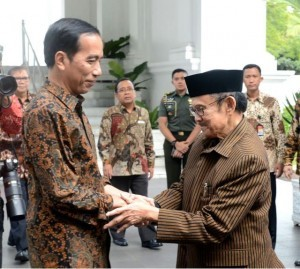 President Jokowi meets with B.J. Habibie at the Merdeka Palace, Jakarta, Thursday (19/1) afternoon. (Photo: BPMI/Kris)