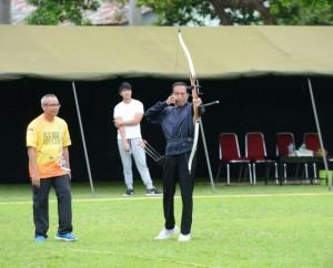 Presiden Jokowi latihan memanah beberapa waktu lalu. (Foto: BPMI/Kris)