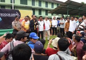 Presiden Joko Widodo usai mengikuti Kejuaraan Panahan Bogor Terbuka 2017, di Lapangan Wira Yudha, Pusat Pendidikan Zeni Kodiklat TNI, Bogor, Jawa Barat, Minggu (22/01) siang. (Foto: Humas/Jay)