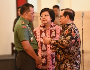 Cabinet Secretary Pramono Anung has a discussion with the Commander of TNI Gen. Gatot Nurmantyo and Minister of Environment and Forestry Siti Nurbaya, before the 2017 National Coordination Meeting on Forest and Land Fire Mitigation, at the State Palace, Jakarta, Monday (23/1) morning (Photo: PR/Rahmat)