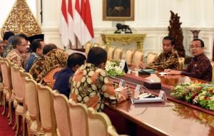 Pengurus Ikatan Cendekiawan Muslim Indonesia (ICMI) dipimpin Ketua Umumnya Jimly Asshiddiqie diterima oleh Presiden Joko Widodo (Jokowi), di Istana Merdeka, Jakarta, Senin (23/1) siang. (Foto: Humas/Rahmat)