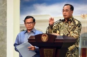 Menhub Budi K Sumadi didampingi Seskab Pramono Anung memberikan keterangan pers usai ratas di Kantor Presiden, Jakarta, Kamis (5/1) sore