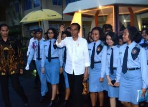Presiden Jokowi berfoto bersama dengan siswa Taruna Nusantara, Jumat (27/1) malam, di Magelang, DIY. (Foto: Humas/Rahmat)