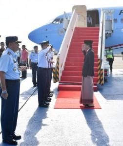 Presiden Jokowi bertolak dari Bandar Halim Perdanakusuma menuju Pekalongan, Jawa Tengah, Minggu (8/9) pagi. (Foto: BPMI/Laily)