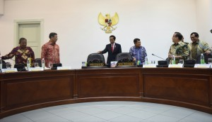 President Jokowi and Vice President Jusuf Kalla discuss with several ministers before a Limited Meeting on Thursday (12/1), at the Presidential Office, Jakarta