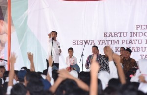 President Jokowi talks with the people during the handing of the Smart Indonesia Card on Monday (30/1) in Boyolali, Central Java. (Photo by: Public Relations Division/Oji)