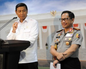 Coordinating Minister for Political, Legal, and Security Affairs Wiranto, accompanied by Chief of the Indonesian National Police General Tito Karnavian, gives a press statement after a limited cabinet meeting at the Presidential Office, Jakarta, Tuesday, (17/1). (Photo by: Public Relations Division/Rahmat)