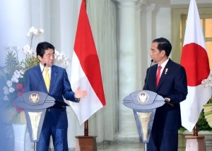 President Jokowi delivers a joint press statement with Japanese Prime Minister Shinzo Abe on Sunday (15/1), at Bogor Presidential Palace, West Java