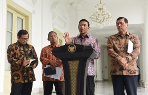 Coordinating Minister for Political, Legal, and Security Affairs Wiranto gives a press conference after Plenary Cabinet Meeting at the Presidential Palace in Bogor, Wednesday (4/1). (Photo: PR/Jay)