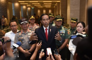 President Jokowi responds to reporters questions after a silaturahmi (amicable gathering) with all ranks of Indonesian National Defense Forces (TNI) and Indonesian National Police (Polri) in Solo on Monday (30/1), at Alila Hotel, Solo, Central Java