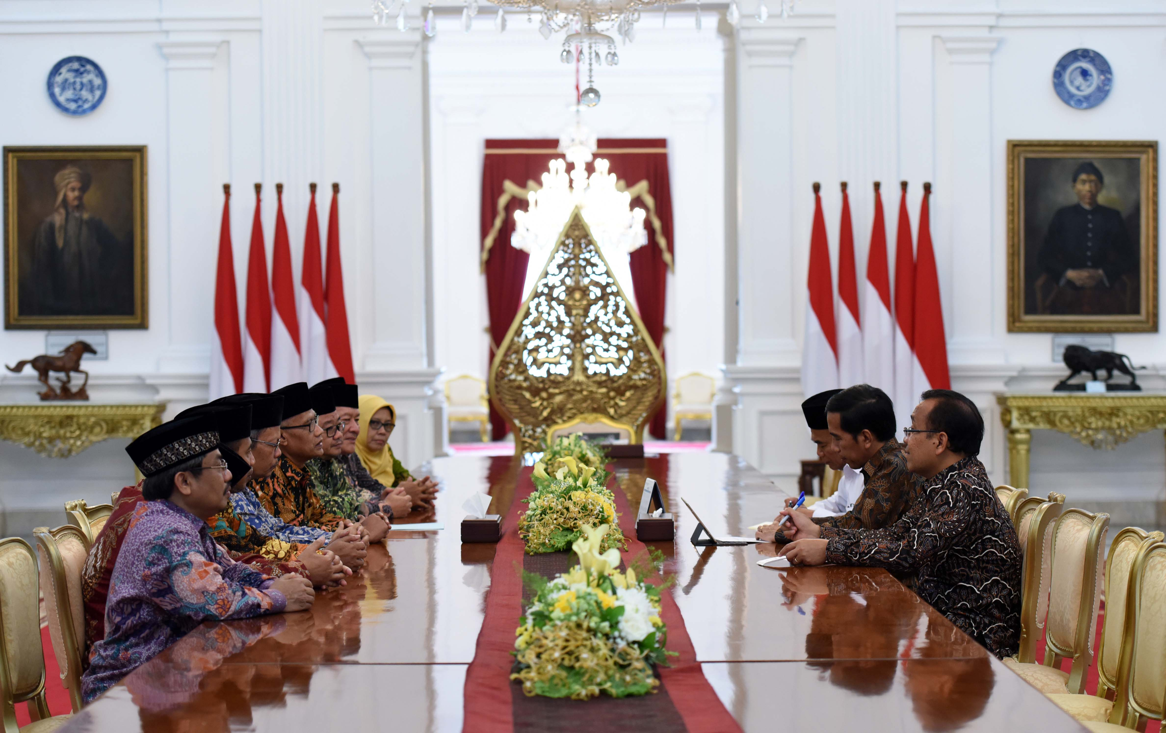 President Jokowi receives the Chairman of Muhammadiyah at the Merdeka Palace, Jakarta, on Monday (13/2) afternoon