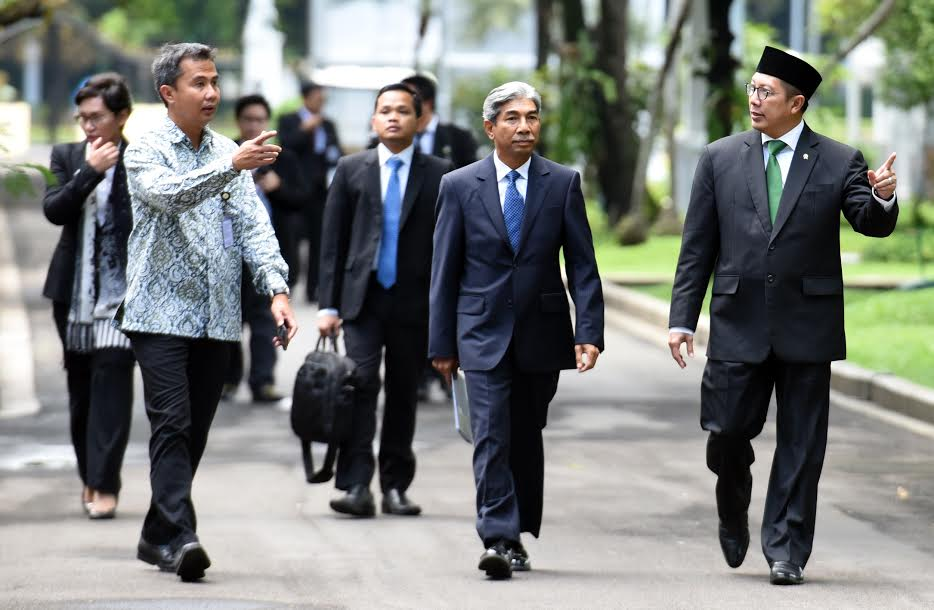 Deputi Foreign Affairs Minister A.M. Fachir and Minister of Religious Affairs Lukman Hakim Saefuddin after accompaying President Jokowi when received Chairman of the Majlis Asy-Syura of Saudi Arabia on Thursday (16/2), at the Presidential Office, Jakarta