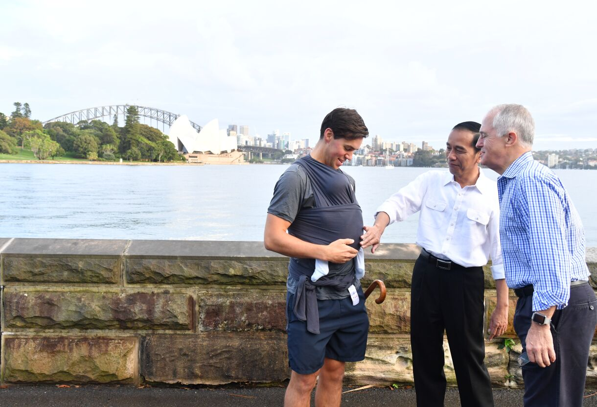 Presiden Jokowi dan PM Turnbull berjalan pagi bersama di Sydney, Australia, Minggu (26/2). (Foto: Humas/Anggun)
