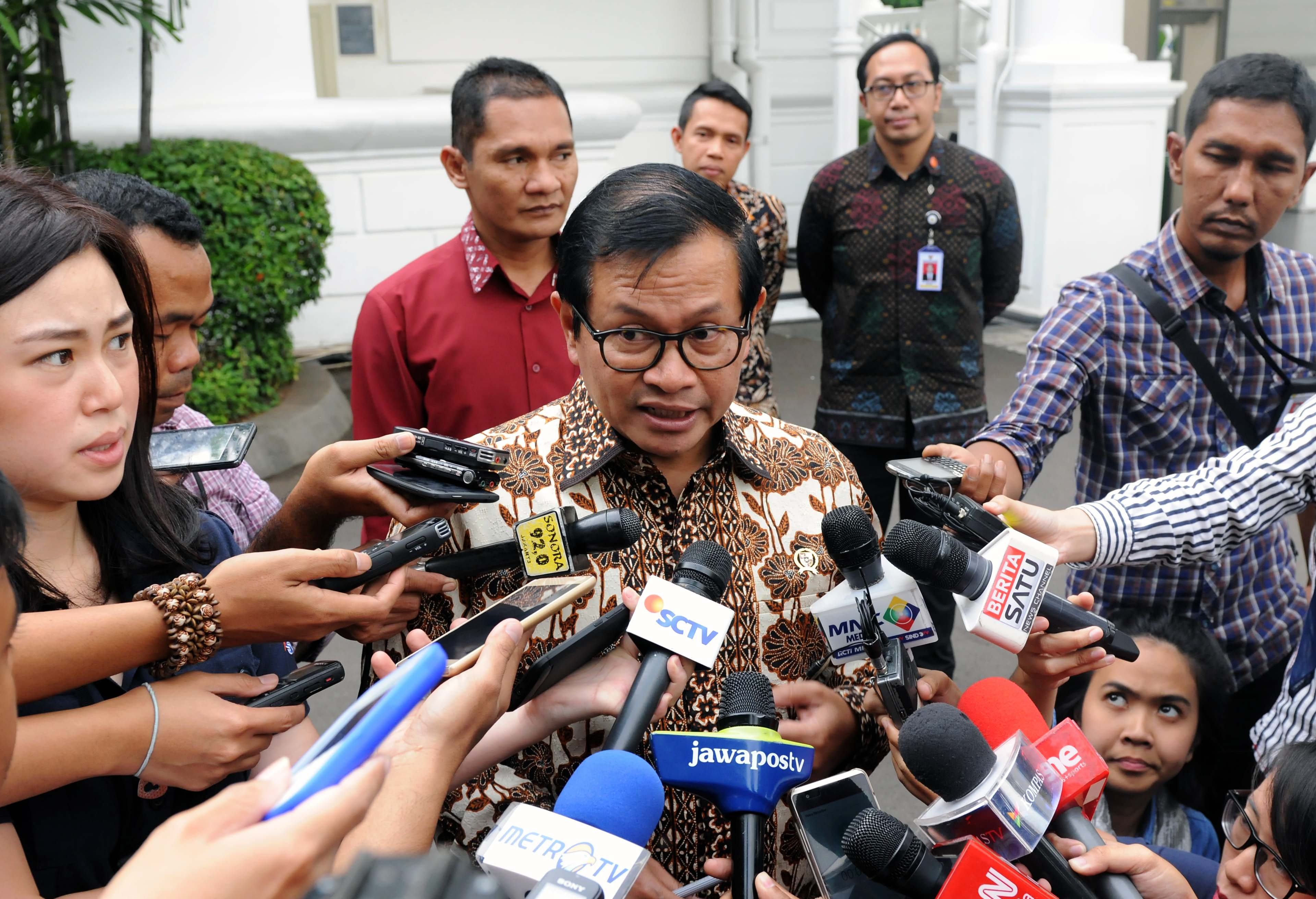Cabinet Secretary Pramono Anung responds to reporters' questions on Monday (6/2), at the Presidential Palace Complex, Jakarta